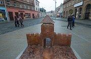 Zrekonstruovaná ulice 1. máje v Olomouci. Model zaniklé Hradské brány u hotelu Palác