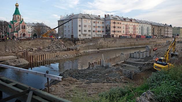 Stavba protipovodňových opatření u zbořeného starého mostu u Bristolu. Listopad 2018