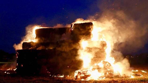 Požár balíků slámy v Olomouci za ulicí Požárníků