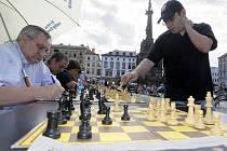 Desítky šachistů proti Sergeji Movsesianovi.