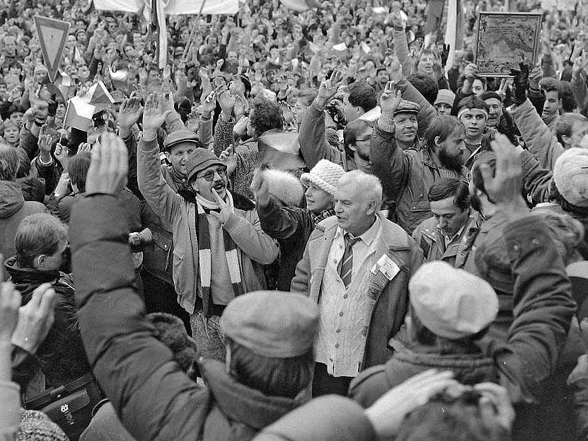 Herec Petr Haničinec na demonstraci na náměstí Míru (dnes Horní náměstí). Listopad 1989 v Olomouci