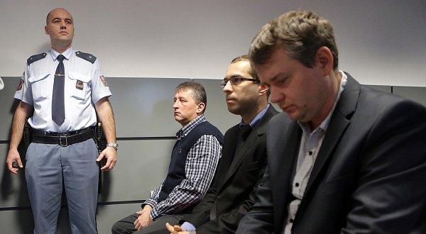 Krajský soud vOlomouci vúterý dopoledne uznal vinnými všech osm mužů obžalovaných vpřípadu takzvané lihové mafie.