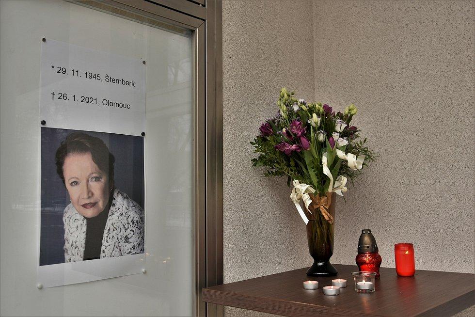 Vzpomínkové místo na herečku Hanu Maciuchovou u Kulturního domu Šternberk, 27. 1. 2020
