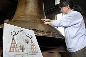 Výtvarnice Věra Kunčarová při práci na zvonu