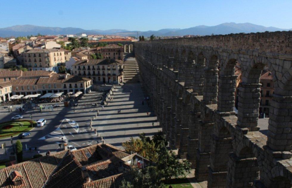 Ve střední části Španělska, je město Segovia, které uchovává nádherný římský akvadut starý přes 2000 let