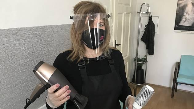 Kadeřnice se od pondělí opět mohou pustit do práce. Musejí však splnit řadu hygienických opatření. Na snímku kadeřnice Kristina Nováková z Drahanovic. (7.května 2020)