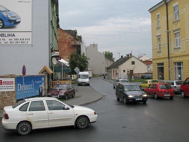 Tomkova ulice na křižovatce s Horní hejčínskou