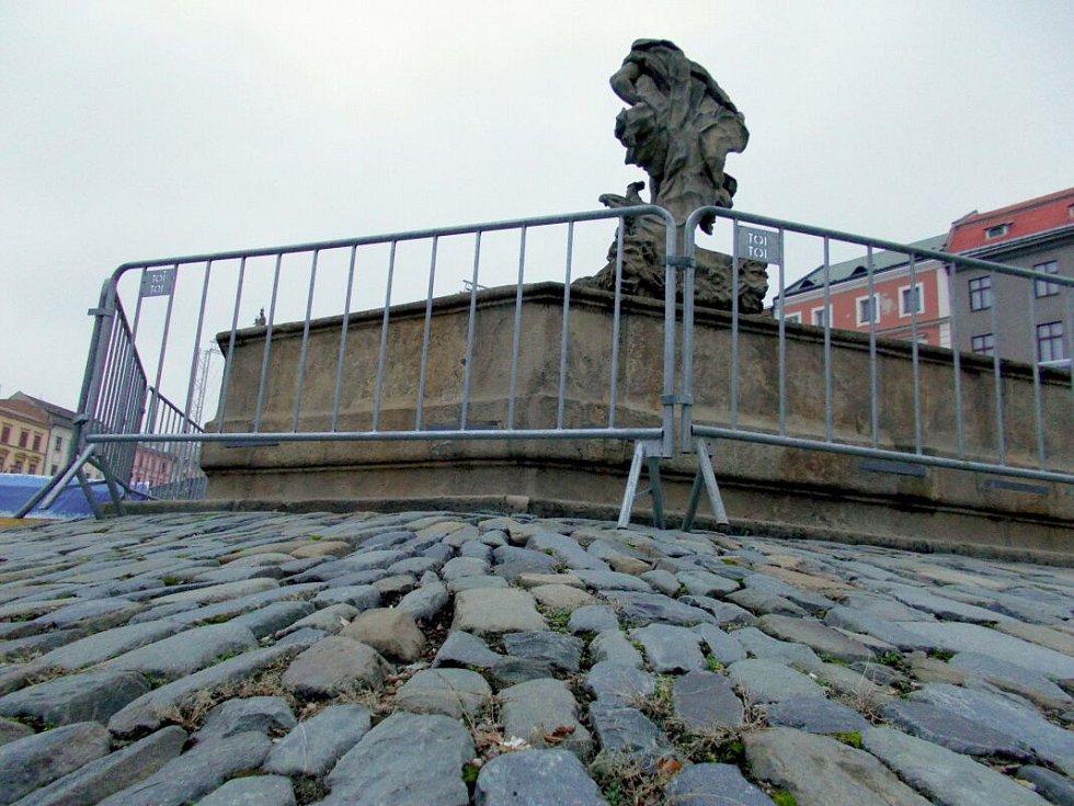 Jupiterova kašna u kluziště na Dolním náměstí v Olomouci za plotem