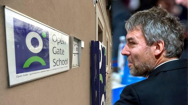 Petr Kellner (vpravo) založil s manželkou soukromé gymnázium Open Gate. Kellnerova nadace na něm umožnila studium i nadanému školákovi ze sociálně slabé rodiny ze Senice na Hané