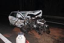 Rychlý řidič po nárazu do klád naložených na náklaďáku utrhl kolo i motor. Nehoda se stala v úterý večer na D35 u Nasobůrek.