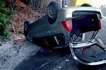 Dvě auta skončila v úterý ráno a dopoledne na střeše po jízdě nedaleko obce Jívová na Olomoucku