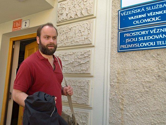 Bývalý řidič olomoucké MHD Roman Smetana, odsouzený za pomalování plakátů politiků, ve čtvrtek opustil věznici v Olomouci.