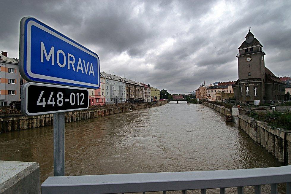 Řeka Morava na 2. SPA v Olomouci. Pohled z mostu v Komenského ulici. 16. října 2020