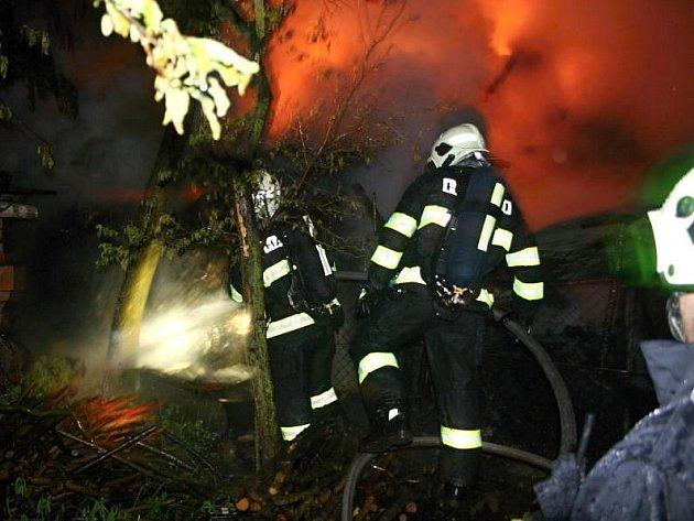 Požár stodoly a přilehlých objektů v Tršicích