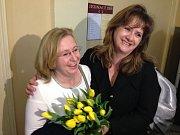 Učitelka Vanda Fabianová (vlevo) po verdiktu soudu, který konstatoval, že ji ředitel třšické základní školy Vachutka vyhodil neprávem