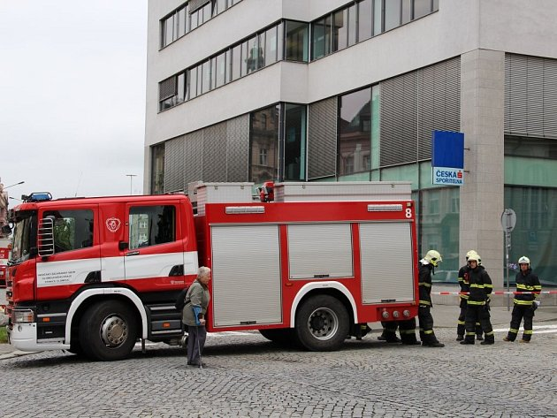 Budovu České spořitelny na třídě Svobody v Olomouci museli zavřít a evakuovat kvůli nahlášené bombě
