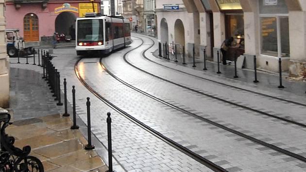 Tramvaj projíždí opravenou ulici.