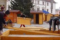 Bourání vánočních stánků před olomouckou radnicí