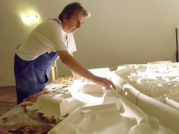 Jiří Žlebek pracuje na modelu olomoucké pevnosti