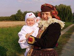 Vedoucí národopisného souboru Cholinka Hana Blažková s dcerou Bětuškou.