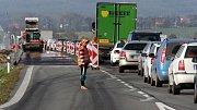 Dlouhé kolony kvůli právi na silnici u Bělkovic na hlavním tahu Olomouc - Šternberk
