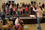 Olomoucký sbor Music BoDo bude ve středu 12. prosince zpívat s redaktory Olomouckého deníku na Horním náměstí v Olomouci
