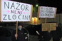 Demonstrace na podporu Romana Smetany před olomouckou věznicí