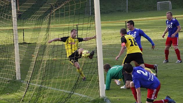 Fotbalisté Nových Sadů (ve žluto-černém) remizovali s Valašským Meziříčím 1:1.
