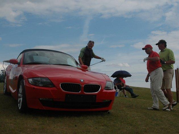 Speciální cena za trefení jamky na jedinný úder bylo červené sportovní BMW.