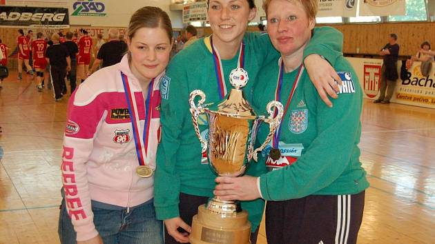 Brankářka Irena Kozáková (vlevo).