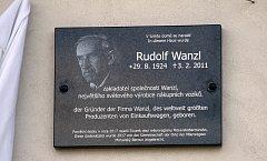 V Jívové odhalili pamětní desku slavnému rodákovi Rudolfu Wanzlovi, zakladateli největšího výrobce nákupních vozíků na světě