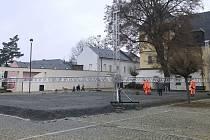 Ve Velké Bystřici chystají kluziště na Zámeckém náměstí, 30. listopadu 2020