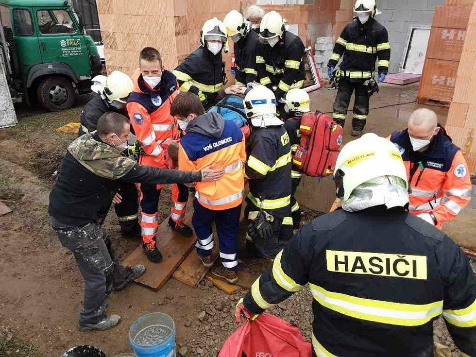 Záchrana zraněného dělníka v Náměšti na Hané.