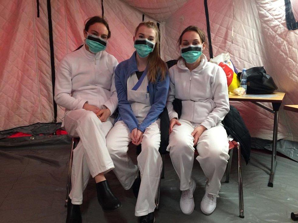 Studentky FZV UP na odběrovém stanoviště pro vyšetření COVID-19 ve Fakultní nemocnici Olomouc