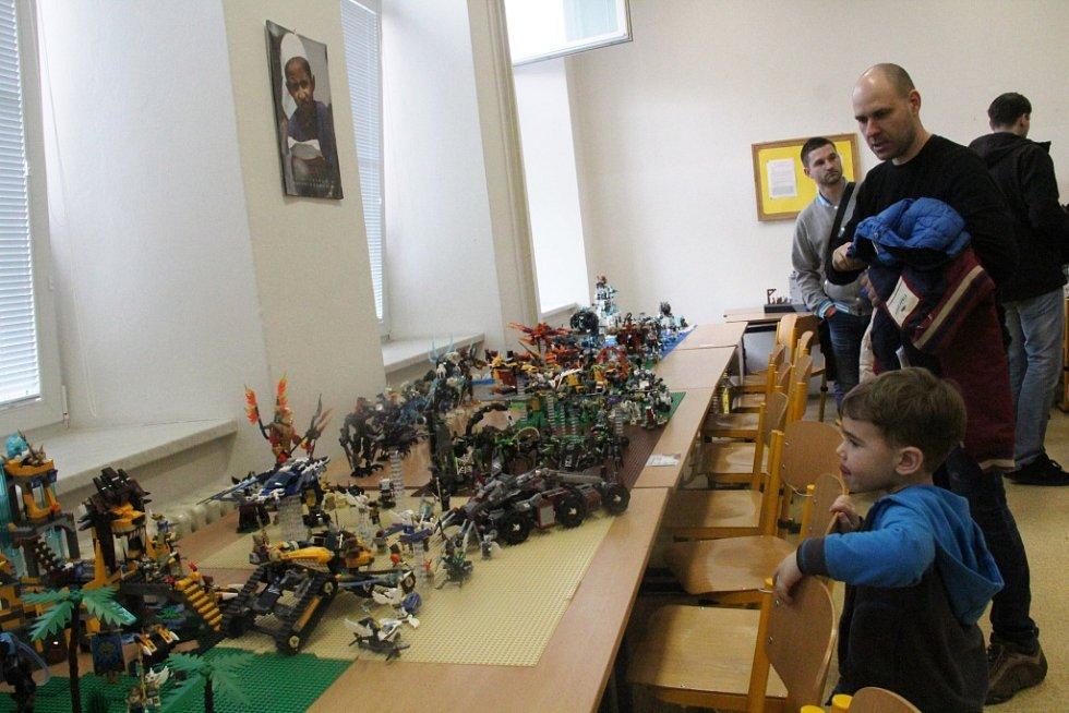 Obří pohyblivé ruské kolo nebo rockový koncert z lego kostiček nabízí Svět Kostek Olomouc II v prostorách olomoucké Obchodní akademie.