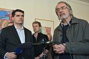 Bývalý ředitel Muzea umění Olomouc Pavel Zatloukal (vpravo) na tisková konference v muzeu k výzvě k rezignaci ministra Staňka