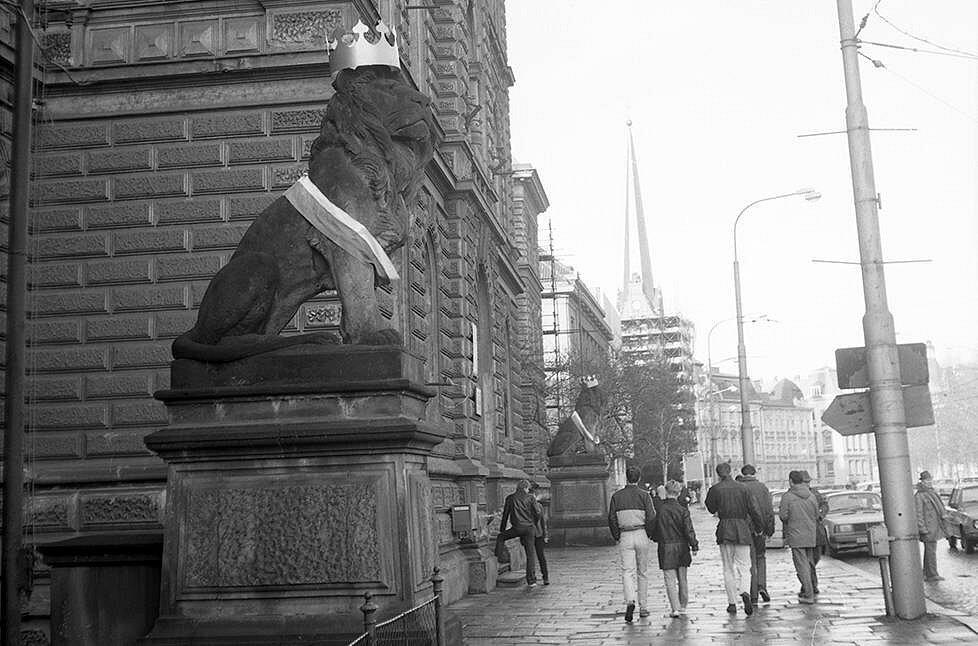 Lvi před okresním soudem dostali od studentů koruny a trikolóry. Sametová revoluce v Olomouci
