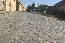 Průtah obcí Skrbeň je od tohoto týdne do poloviny prosince uzavřen kvůli opravě silnice. Z komunikace zmizí stoleté kostky, které nahradí asfaltový povrch. 15. července 2020