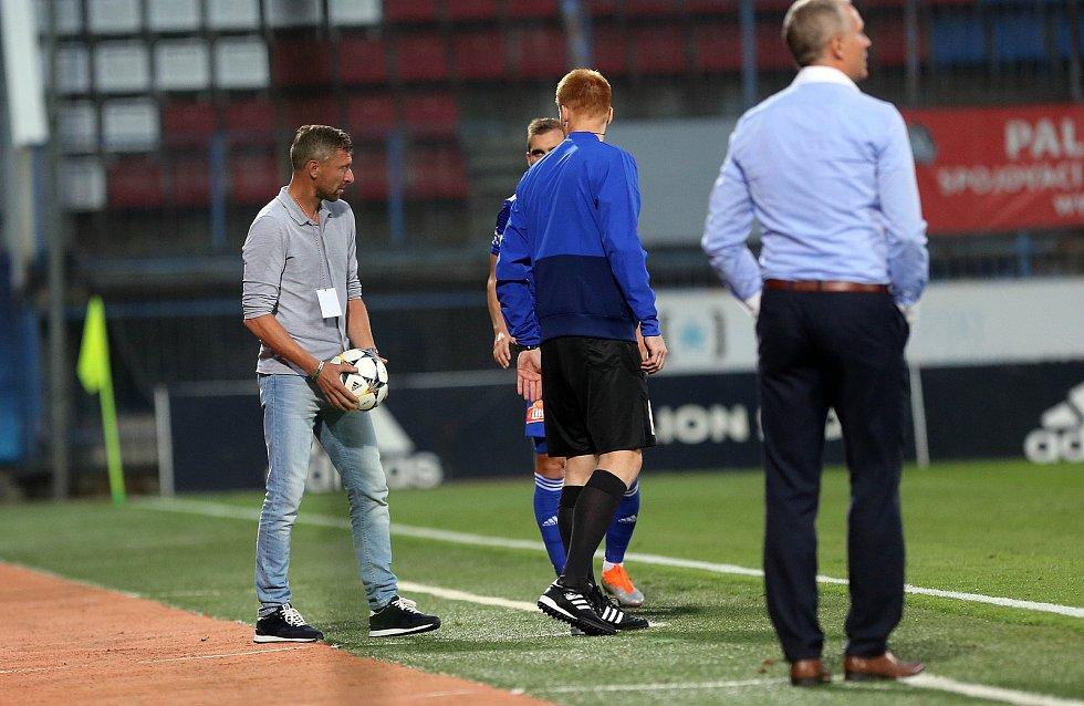 Martin Hašek, trenér Bohemians (vlevo s míčem) a Václav Jílek, trenér Sigmy (vpravo)
