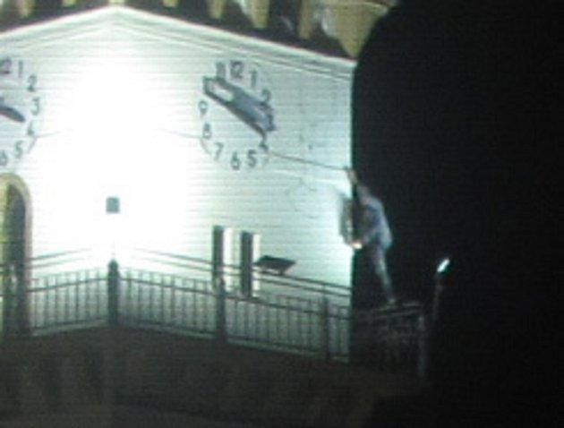 Mladý muž zdolal věž uničovské radnice