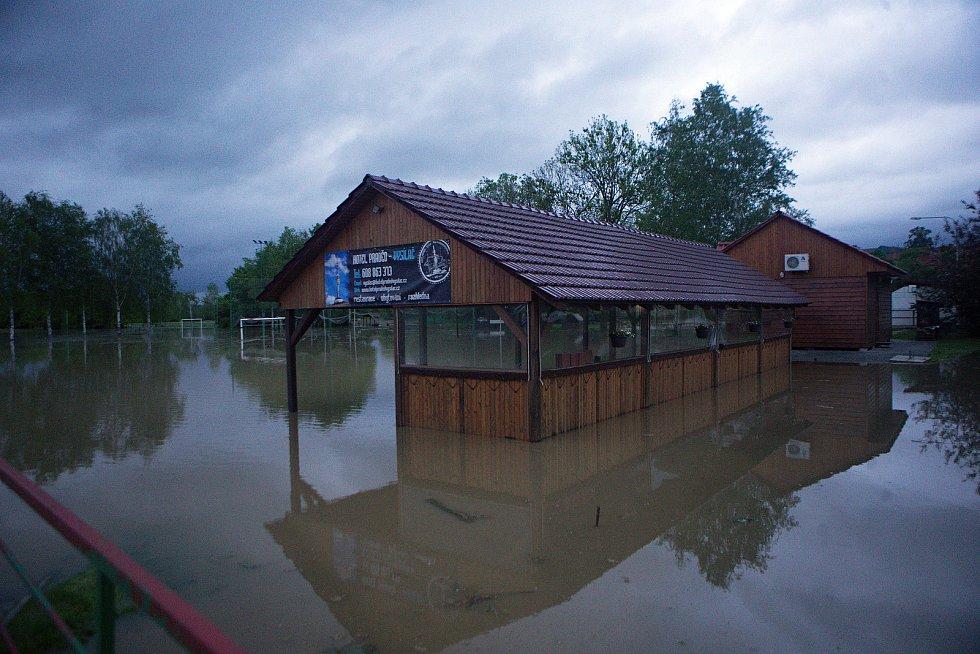 Rozlitá řeka Bečva nad Teplicemi nad Bečvou 22.5.2019 večer. V obci Ústí zaplavila hřiště.