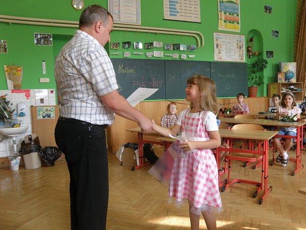 Předávání vysvědčení na ZŠ ve Štarnově