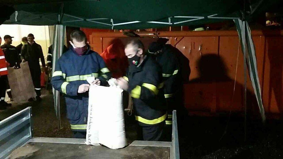 Hasiči na Hranicku a Lipnicku připravují ochranu proti zvedající se hladině Bečvy, 14. října 2020