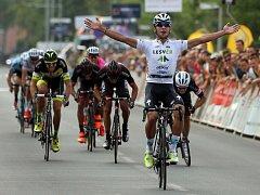 Kolumbijec Fernando Gaviria slaví vítězství v cíli druhé etapy Czech Cycling Tour 2015 v Uničově