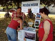 Petici za zachování zchátralého zámku v Dlouhé Loučce spustila skupina místních obyvatel.  Na snímku sběr podpisů v Litovli.