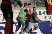 Pořadatelé na zápase Sigmy se Spartou odvádějí diváka, který vnikl na hrací plochu
