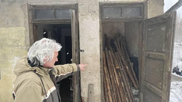 Starosta Jívové Jan Pewner ukazuje prostory bývalé obecní věznice, duben 2021