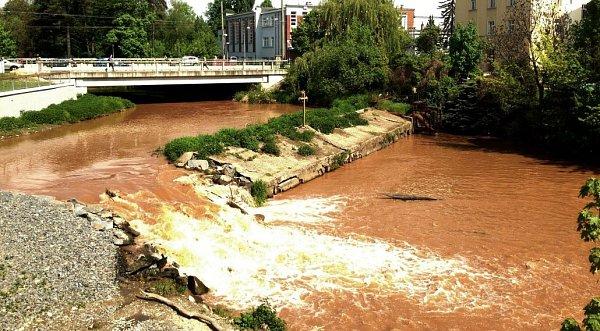 Jez uolomoucké sokolovny. Mlýnský potok rozvodnily srážky, které ovíkendu spadly na desítky kilometrů vzdáleném Moravskotřebovsku