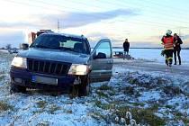 Srážka dvou aut na kluzké silnici u Loučky na Přerovsku