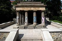 Částečně opravené Jihoslovanské mauzoleum v Bezručových sadech v Olomouci
